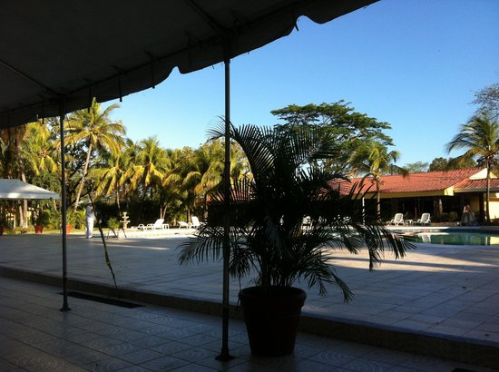 بست ويسترن لاس مرسيدس: Blick auf den Pool,vom Frühstücksraum aus