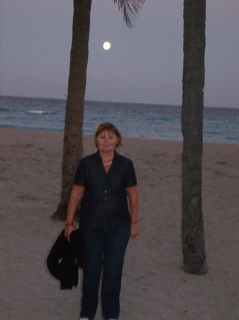 Marine Villas: Beautiful moon rising over the beach