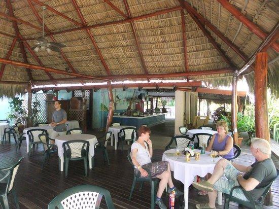 Karahe Beach Hotel: BAR/RESTAURANT