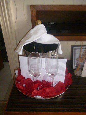 Cranleigh Boutique: Champagne on Ice on arrival