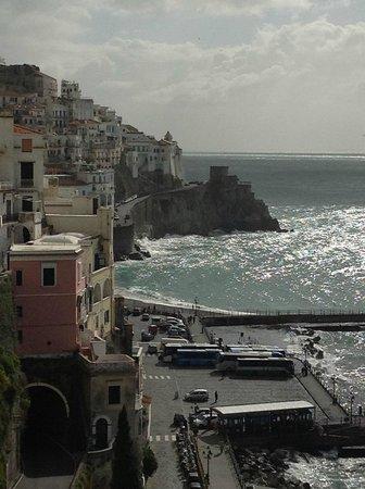 Il Porticciolo di Amalfi: la vista dal Porticciolo verso Amalfi centro