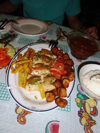 Nilda y Luis: Lecker Fisch mit Beilagen