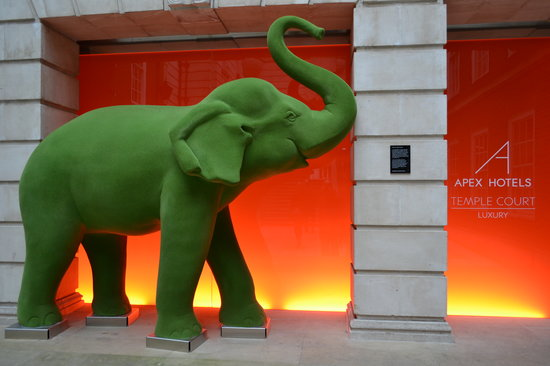 Apex Temple Court Hotel: Elephant at the hotel entrance