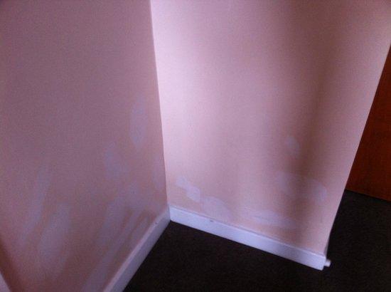 The Regency Hotel Dublin: Bedroom, mismatching paint