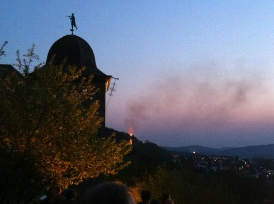 Burghotel Schnellenberg: Osterfeuer von der Burg aus gesehen
