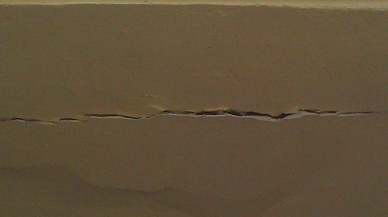 Hotel & Hostel San Jorge: Cracks in wall