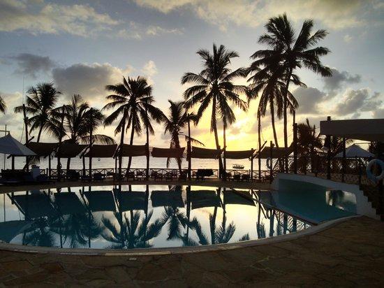 Voyager Beach Resort: widok na basen o zachodzie słońca
