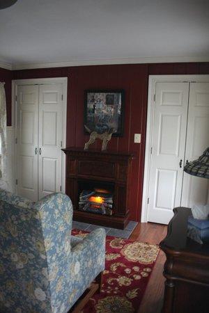كولونيال إن: sitting room closet on left houses a microwave and fridge/TV in right closet