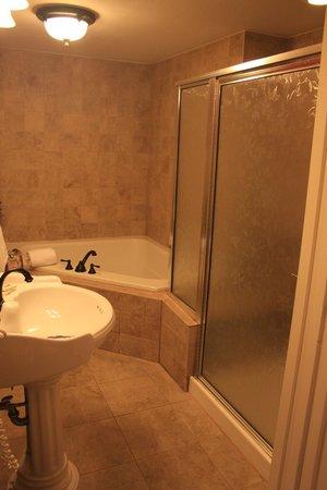 كولونيال إن: Bathroom