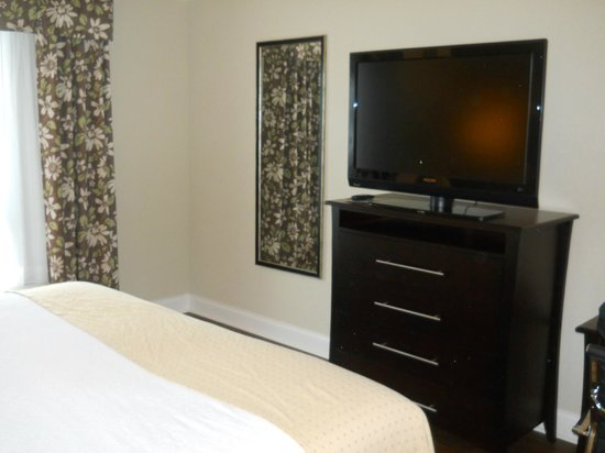 Holiday Inn Macon North: Dresser/TV/Bedroom.