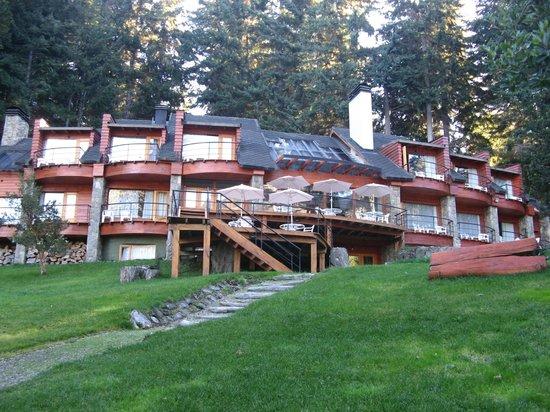 Hosteria Patagonia Paraiso: fachada do hotel vista do lago
