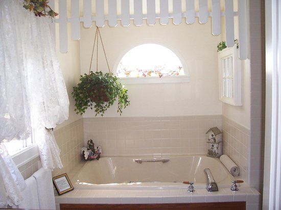 Dutch Colonial Inn: The double jacuzzi tub in the Garden Room