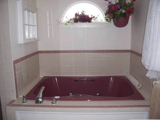 Dutch Colonial Inn: Double jacuzzi tub in the Jenny Lind Suite