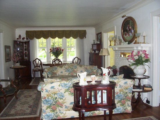 Dutch Colonial Inn: Beautiful common area featuring some of our cherry/mahogany antiques