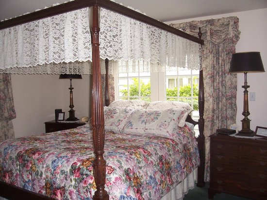‪‪Dutch Colonial Inn‬: The Master Suite high four poster bed‬