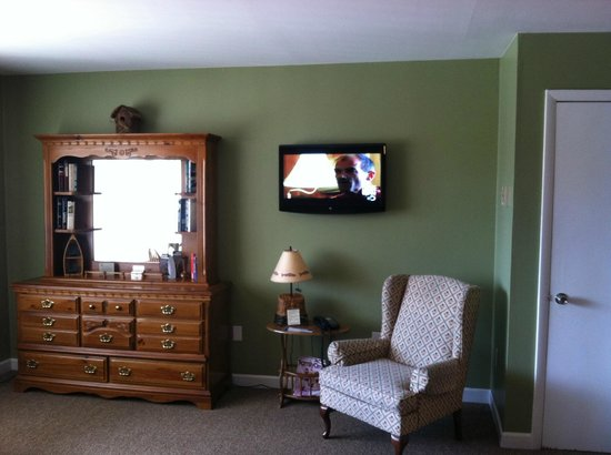 East Shore Lodging: View from beds, flat panel TV on wall along with dresser