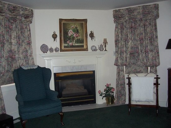Dutch Colonial Inn: Master Suite sitting area