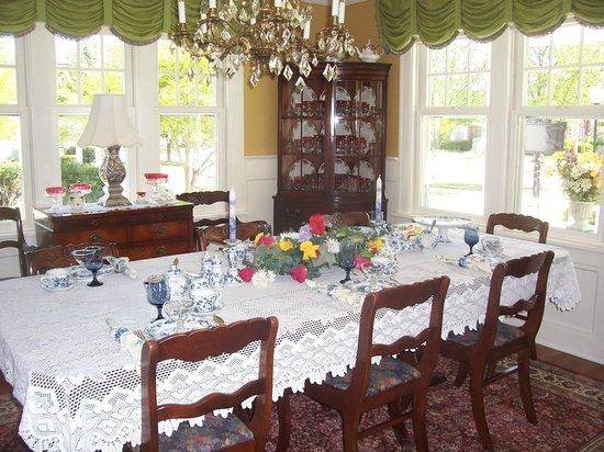Dutch Colonial Inn: A full breakfast is served in the dining room