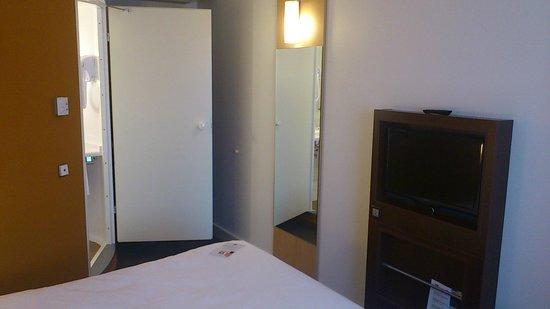 Ibis Lugano Paradiso: Eingang Zimmer & Bad