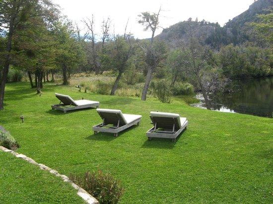 Rio Hermoso Hotel de Montana: jardim do hotel de frente ao rio