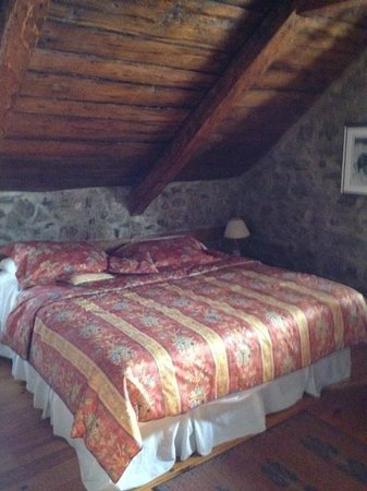 Auberge Baker : room wit the old stone wall