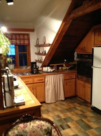 Auberge Baker : a common room with a fridge and all you need close to your room