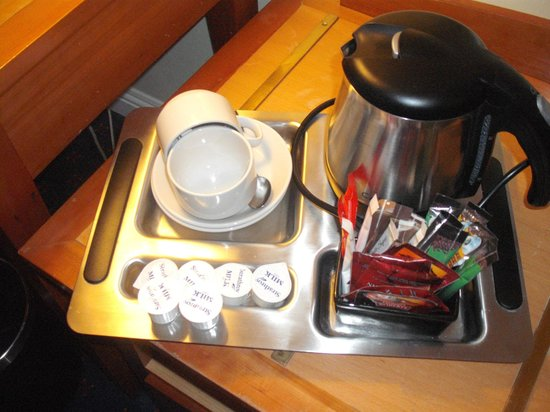 Red Cow Moran Hotel: hospitality tray - very nice - but - no biscuits ...??