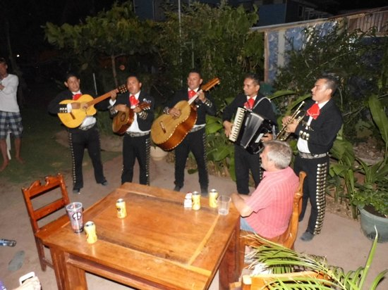 Hotel Villa Amarilla: Mariachis came to the hotel to see us off