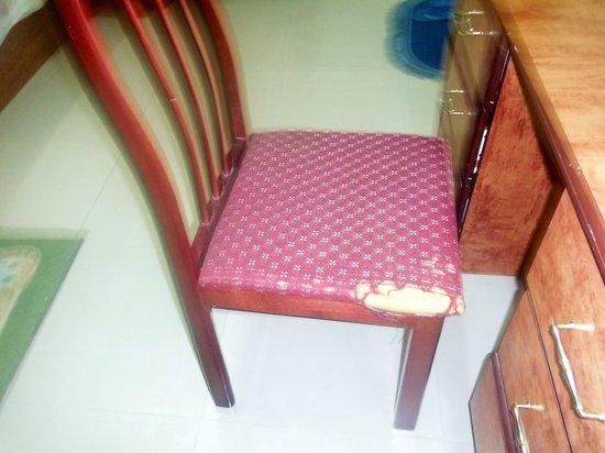 Khasab Hotel: Une chaise, dégradée ... comme les autres