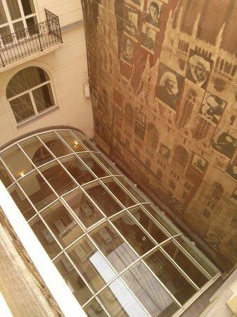 Hotel Parlament: Depuis le balcon de la chambre (cour intérieur)