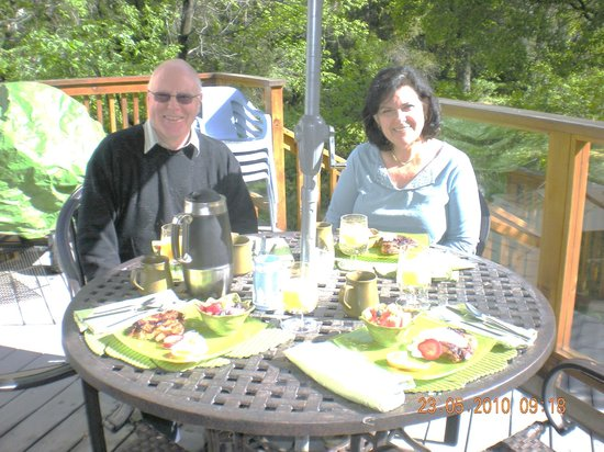 Evergreen Gate Bed and Breakfast: Enjoy breakfast on the deck
