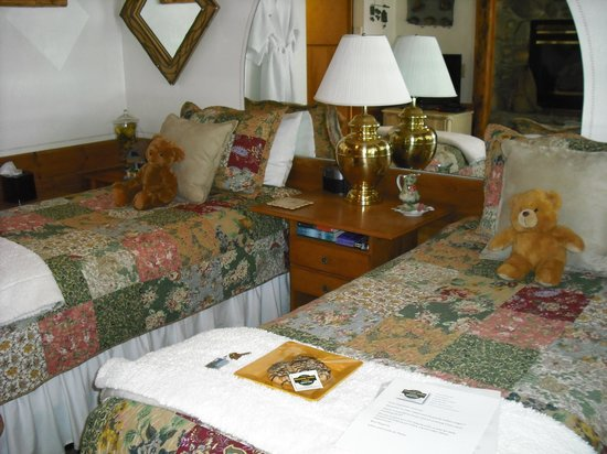 Heavenly Valley Lodge Bed & Breakfast: Teddy Bears and a plate of cookies - What could be better?
