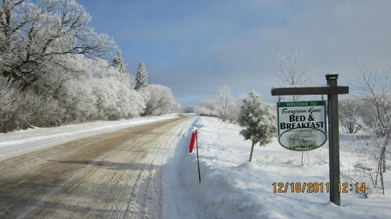 Evergreen Gate Bed and Breakfast: River Road - beautiful in all seasons!