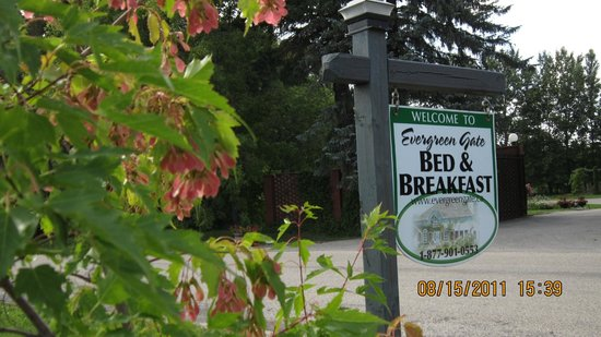Evergreen Gate Bed and Breakfast: Turn at the sign