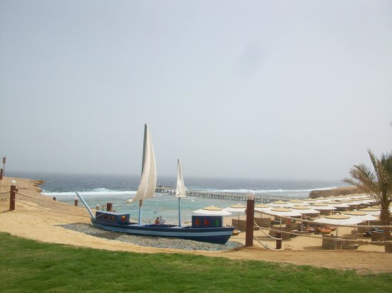 Resta Reef Resort: veduta della spiaggia