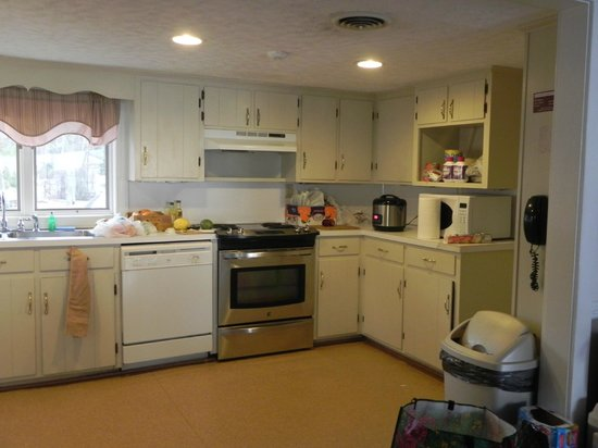 Westmoreland State Park: Kitchen (which is actually not suitable for very tall people, 6 footers, eh good luck haha)