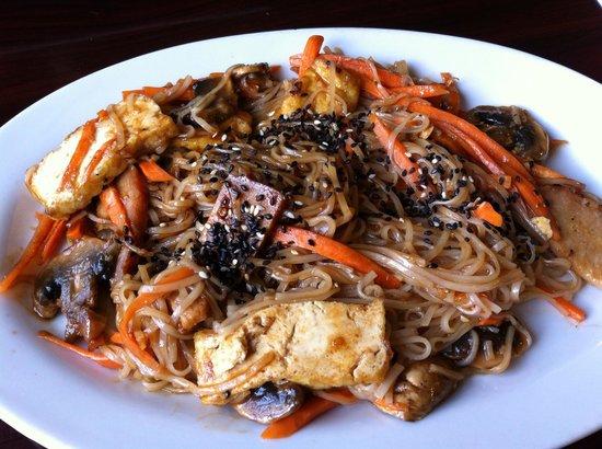 Green Earth Vegetarian Cuisine: Best Pad Thai in Ottawa!