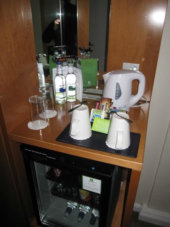 Holiday Inn London - Regent's Park: Mini-bar, bouilloire...