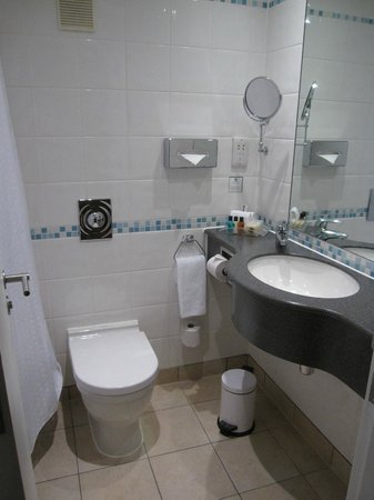 هوليداي إن لندن - ريجنتس بارك: Salle de bain (la baignoire est à gauche)