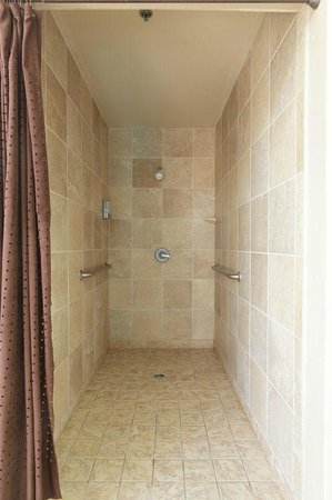 Hampton Inn & Suites Los Angeles/Sherman Oaks: Pool Shower