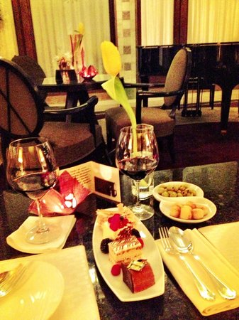 Four Seasons Hotel Gresham Palace: Dessert flight and wine in the bar/lounge