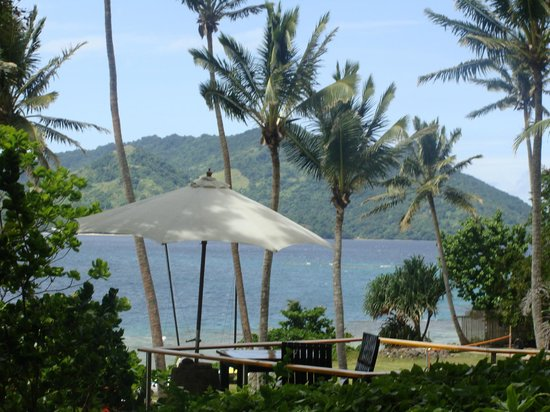 Royal Davui Island Resort: dining area overlooking the beach