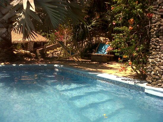 Hotel Selva Azul : Estancia de terraza...sillas de playa frente a la piscina