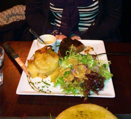 la vache acrobate: Steak, Dauphinois Potatoes and Salad