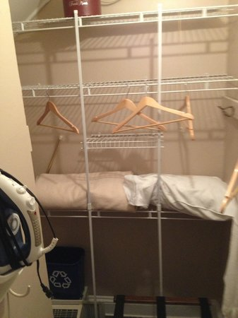 The French Manor Inn and Spa: Disfuunctional closet.