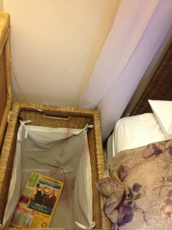 The French Manor Inn and Spa : Open the hamper and a filthy surprise!