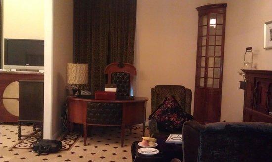 Mansion Hotel: Desk area