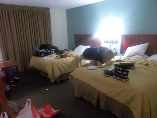 Club-Hotel Nashville Inn & Suites: Messy bedroom! Sorry! & Crazy Niece!