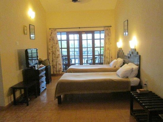 Resorte Marinha Dourada: twin room with balcony and lake view