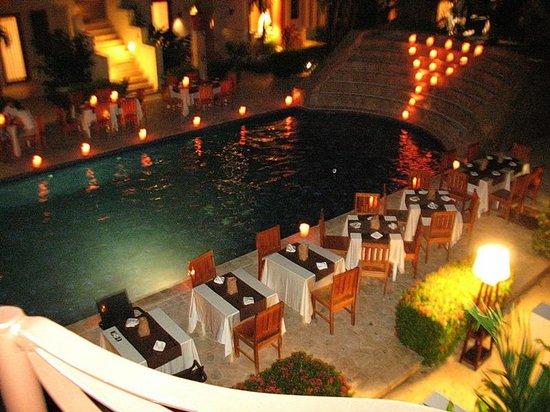 Las Sirenas Hotel & Condos: souper autour piscine